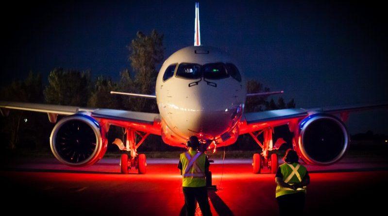 CS100 de Bombardier qui se prépare pour un vol de nuit