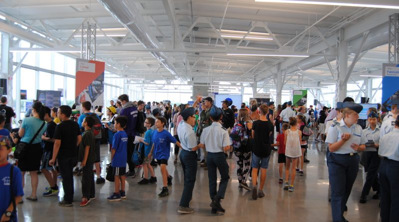 Des jeunes qui participent au parcours immersif d'Aéro Montréal