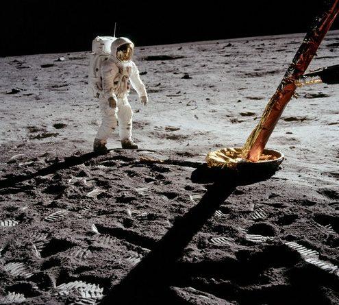 Buzz Aldrin s'approchant du train d'atterrissage fabriqué par Héroux-Devtek pour le module lunaire, il y a 50 ans.