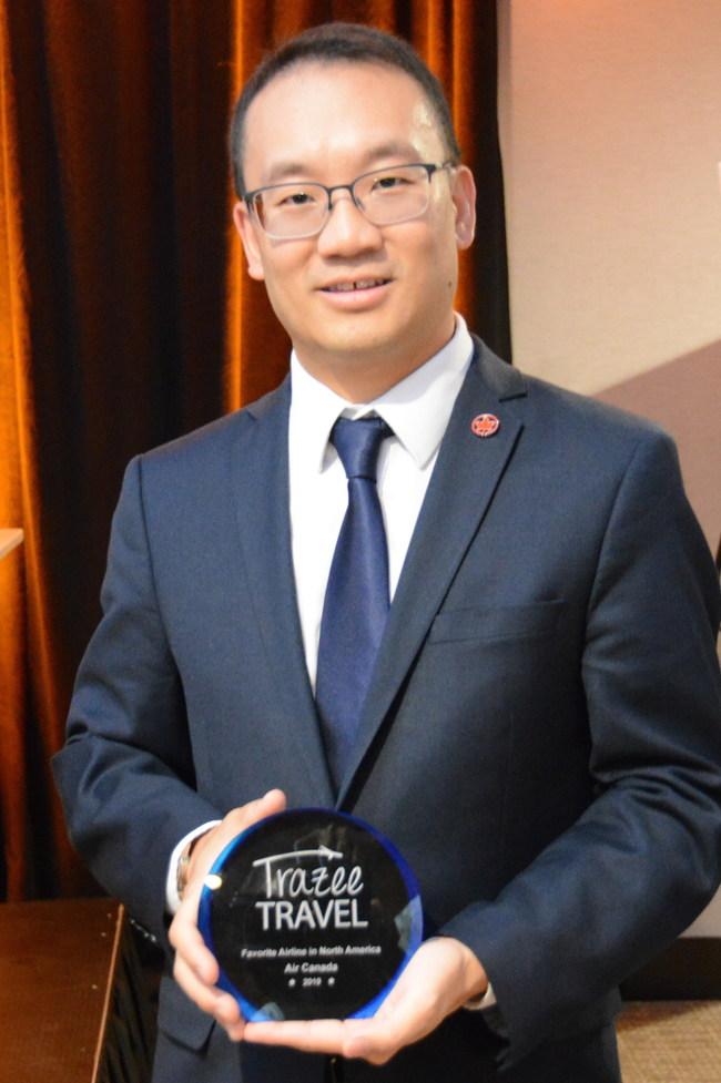 M. Andrew Yiu vice-président - Produits, d'Air Canada recevant le prix de Trazzetravel
