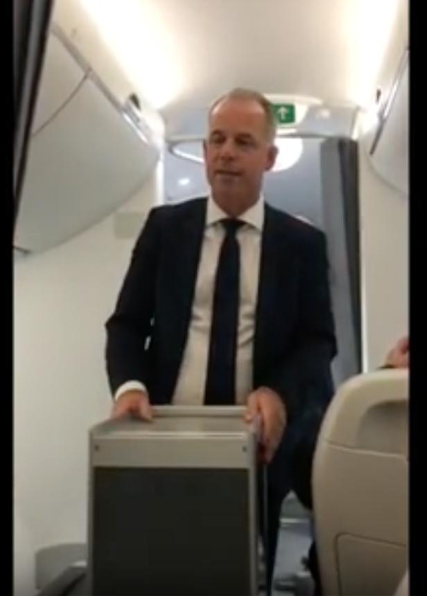 Le président d'Air Baltic présentant la cabine de l'L'A220